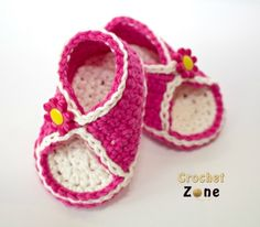 Baby shoes, especially baby sandals, are so darn cute! But many times the plastic or foam ones from the store can be hard to get on baby's feet and uncomfortable for her to wear. That is why crochet baby sandals are an adorable alternative. Crochet Sandals Free, All Free Crochet, Crochet Baby Booties, Crochet Slippers, Crochet For Kids, Crochet Baby Blanket Beginner, Baby Knitting, Pinterest Crochet, Crochet Patterns