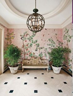 A traditional and more or less subtle entry hall incorporating Chinoiserie wallpaper Designed by the late great American designers Sister Parish and Albert Hadley. Et Wallpaper, Chinoiserie Wallpaper, Gracie Wallpaper, Botanical Wallpaper, Wallpaper Plants, Eclectic Wallpaper, Green Wallpaper, Chinoiserie Elegante, Beautiful Wall