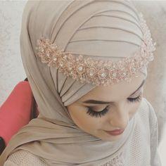 Güzel gelinimin @seyda.caliskann   Türban Tasarım&MakeUp@meralpinarturbantasarim Aksesuar@meralpinarturbantasarim . #kına #baştasarım… Muslim Wedding Gown, Hijabi Wedding, Wedding Hijab Styles, Muslimah Wedding Dress, Hijab Wedding Dresses, Wedding Bride, Turban Hijab, Turban Mode, Hijab Dress