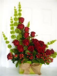Una Romantica combinacion de Rosas en el color que prefieres con frescas Campanas de irlanda en una exclusiva base de metal, el detalle perfecto para la persona mas especial para ti envia flores a todo El Salvador y expresa tu Amor con Tamira.