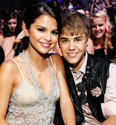 Pin for Later: A Look Back at the Best of the Teen Choice Awards Justin Bieber and Selena Gomez stayed close in their seats at the 2011 Teen Choice Awards. Vestido Selena Gomez, Selena Selena, Selena Gomez Kiss, Justin Bieber Selena Gomez, Selena Gomez Fotos, Justin Bieber And Selena, Teen Choice Awards, Lena Dunham, Channing Tatum