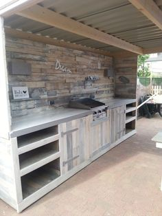 Pallet Furniture Outdoor kitchen from recycled pallets! - An outdoor kitchen doesn't have to be just your imagination. With pallets, you can make your own Pallet Outdoor Dream … 1001 Pallets, Wooden Pallets, Recycled Pallets, Pallet Benches, Pallet Couch, Pallet Tables, Deck From Pallets, Recycled Wood, Outdoor Rooms