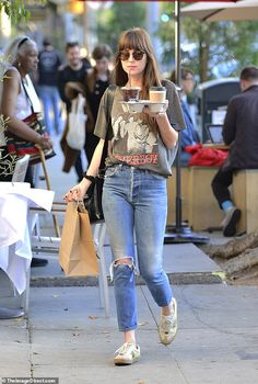 Dakota Johnson rocked a rather casual look while heading out and about in Los Angeles on Wednesday. The 30 year old Fifty Shades of Grey star was spotted with her hands full with coffee Dakota Johnson Street Style, Dakota Style, Dakota Jhonson, Outfits With Grey Cardigan, Outfit Jeans, Celebrity Style Casual, Celebrity Style Inspiration, Street Style Vintage, Mode Vintage