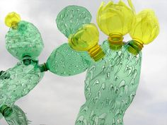 Van gerecyclede flessen worden cactus sculpturen gemaakt - EYEspired
