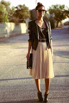 A gente ama esse mix de saia levinha (no tecido e na cor) com casaco e sapato pesados (no couro e na cor).
