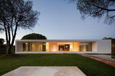 Casa minimalista en forma de cruz, proyectada por el arquitecto Pedro Reis | Interiores Minimalistas
