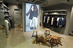 Umkleidekabinen und Sitzmöglichkeiten für einen anstrengend Shoppingtag #fashion #shopping #KÖ #Düsseldorf