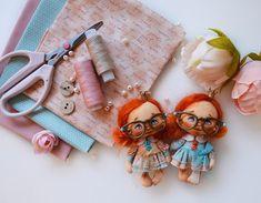 Boneca de pano com molde - Como Fazer Baby Disney, Rubrics, Doll Clothes, Cross Stitch, Hair Accessories, Dolls, Sites, Download, Diy