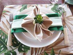 Confiram uma mesa decorada com três tons de guardanapo super linda no blog. Estampa de folhagem nos jogos americanos para uma mesa de almoço na fazenda!
