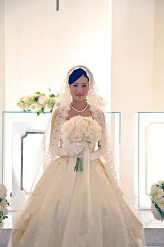 5月~6月ならではの花、シャクヤク。ふわふわと優しい雰囲気の大輪は、多くの花嫁達に人気です。そこに白いアジサイの瑞々しさを添えて、束ねました。...