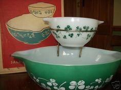 Pyrex Clover chip and dip set. Vintage Bowls, Vintage Kitchenware, Vintage Dishes, Vintage Glassware, Vintage Pyrex, Rare Pyrex, Pyrex Bowls, Mixing Bowls, Glass Kitchen