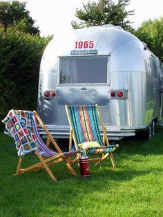 glamping in a Airstream Vintage Campers Trailers, Vintage Airstream, Vintage Caravans, Rv Campers, Camper Trailers, Happy Campers, Cabana, Airstream Caravans, Camping Glamping
