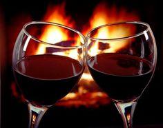 Una copa de vino frente a la chimenea. Danzan las llamas.