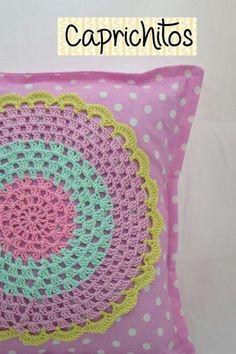 Almohadon con aplique en crochet