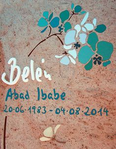 Diseño de lápida para panteón con orquídea azul con nombre manuscrito y flor de mármol tonos alegres y frescos