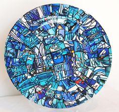 Prato de acrílico, pintado, revestido por pedaços de papel e delicadamente trabalhado em mosaico azul. Produto Decorativo <br>De parede <br>Ideal para ambientes com charme.
