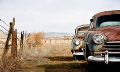 Leuk in stoere ruimte: betonwanden loods. Vlies fotobehang Antieke auto | Muurmode.nl