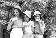 Wenn wir an Pessach denken, ist Pessach-Seder, neben dem Matza-Essen und dem Verbot des Gesäuerten eines seiner Hauptmerkmale. Doch wozu brauchen wir den Seder? Warum müssen wir jedes Jahr aufs Neue die Hagada lesen und spät am Abend noch die Geschichte diskutieren, die mehrere Tausend Jahre von uns entfernt ist? Gedanke zu Pessach von Rabbiner Elischa Portnoy.   #Audiatur-Online #Chametz #G'tt #Geschichte #Haggada #Jüdische Rundschau #Matze #Pessach #Rabbiner #Seder