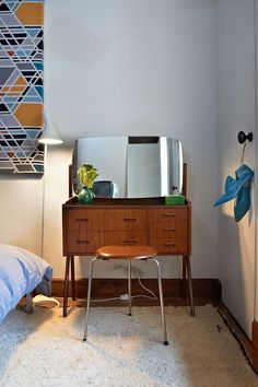note to self: mid-century modern/danish vanity + turquoise vase = lovely.