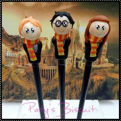 Ponteiras para lápis dos personagens da série Harry Potter: Harry, Rony e Hermione. Também faço de outros personagens, consulte! <br>Não acompanha lápis (com lápis, acréscimo de R$0,50 em cada unidade). <br> <br>Produto sob encomenda. Valor unitário. <br>Material: biscuit. Altura aproximada: 5cm. <br> <br>Todas as peças da loja Paty's Biscuit são feitas à mão, de forma 100% artesanal e sem o uso de moldes. As peças são passíveis de personalização