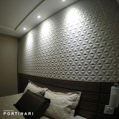 Para quem quer mudar o visual de um ambiente, mas sem ousar nas cores, o porcelanato Sides WH é o ideal. Seu relevo marcante e inconfundível pode ser evidenciado com a iluminação certa, criando uma atmosfera moderna, mas ao mesmo tempo, discreta. Produto: Sides WH #revestirdesign #ceramicaportinari #porcelanato #tile #arquitetura #decor #quarto #room #interiores #iluminação