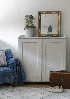 Gammal fin skänk i ljusgrått      SÅLD Traditional Living Room Furniture, Colonial Furniture, Eclectic Furniture, My Furniture, Furniture Styles, Vintage Furniture, Painted Furniture, Modern Furniture, Colour Blocking Interior