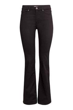 Pantaloni superstretch Bootcut: Pantaloni a 5 tasche in twill lavato e super elasticizzato, vita normale e gamba bootcut.