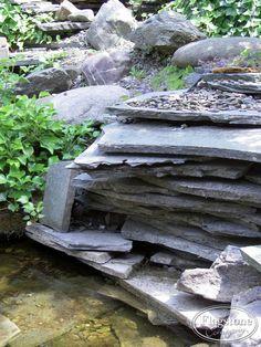 Een natuurlijke waterval gemaakt van Alta Kwartsiet Flagstones gestapeld op elkaar.