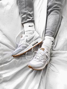 Nike Air Max 1 White/Gum - 2018 (by carlkho_) Air Max Sneakers, Sneakers Mode, Sneakers Fashion, Air Max 1, Nike Outfits, Fashion Week, Mens Fashion, Zapatillas Nike Air, Lässigen Jeans