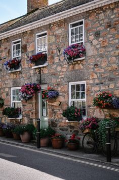 When it comes to Cornwall, it's unspoilt villages are where this English county really shines. Here is a guide to the most beautiful villages in Cornwall, which hopefully you will be adding to your list to explore! Beautiful Streets, Beautiful Places, Most Beautiful, Cornwall Cottages, Visit Britain, Beach Bungalows, Kingdom Of Great Britain, England And Scotland, Places Of Interest