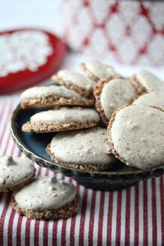 Vepsebol-makroner Norwegian Christmas, Cookies, Baking, Desserts, Food, Bread Making, Tailgate Desserts, Biscuits, Deserts