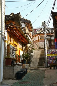 Alley in Bukchon by karebear_stare Old Street, South Korea, The Outsiders, Beautiful Pictures, To Go, Asia, Japan, Traditional, Architecture