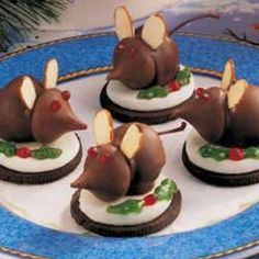 Eve Mice Christmas Eve Mice Recipe - chocolate dipped cherries, kisses, almond slivers and Oreos. so adorable!Christmas Eve Mice Recipe - chocolate dipped cherries, kisses, almond slivers and Oreos. so adorable! Christmas Sweets, Christmas Cooking, Christmas Goodies, Christmas Candy, Christmas Eve, Christmas Mice Recipe, Christmas Cookies Unique, Christmas Chocolate, Christmas Parties