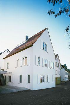 Christine Remensperger, aqui architekturfotografie · Haus B Arch Architecture, Museum Architecture, Residential Architecture, Contemporary Architecture, White Exterior Houses, Exterior House Colors, White Houses, Exterior Design, House Goals