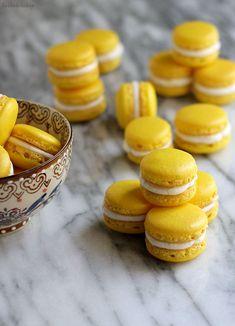Macarons triple citrons. Ingrédients pour 30 macarons : poudre d'amande-200 grammes de sucre en poudre-zeste de citron-90 grammes blancs d'œufs-30 grammes de sucre- colorant alimentaire-¼ tasse de beurre non salé, ramolli-2-3 càc de crème fraîche épaisse-1 càs de jus de citron-½ cuillère à café extrait de vanille-sel-Lemon Curd. Recette sur le site.