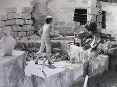 """Antichi mestieri in Sicilia, lu stazzunaru o """"il lavoratore di argilla"""". Si occupava di fabbricare mattoni, tegole, """"quartari"""" Era un lavoro che la mattina iniziava  all'alba. La creta veniva impastata con i piedi e poi ci si metteva al lavoro per realizzare gli oggetti che venivano richiesti. Gli oggetti messi a punto con l'impiego dell'argilla venivano lasciati per alcuni giorni ad essiccare al sole e poi venivano messi nella fornace per essere cotti.    #TuscanyAgriturismoGiratola"""
