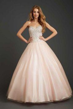 """Línea """"A"""" - Un estilo hermoso que se ve muy bien en todos los tipos de cuerpo: http://www.quinceanera.com/es/vestidos/estilos-de-vestidos-de-quince/?utm_source=pinterest&utm_medium=article-es&utm_campaign=021615-estilos-de-vestidos-de-quince"""