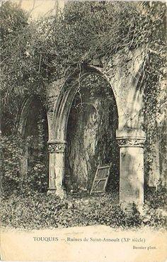 """""""L'une des deux fontaines miraculeuses de Saint-Arnoult‑sur‑Touques est dédiée à saint Clair, qui a le don de guérir les maladies oculaires. La seconde est placée sous le patronage de saint Arnoult. À partir du XIe siècle, les parents viennent parfois de très loin y plonger leur enfant de faible constitution, afin de loi redonner force et vigueur. Ces pèlerinages ont eu lieu jusqu'aux années 1970. """" in Le Patrimoine des Communes du Calvados, Flohic éditions 2001."""