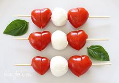Mini Caprese Skewers make a great and healthy school lunch for kids! Add pepperoni and prosciutto Caprese Skewers, Veggie Skewers, Caprese Salad, Mozzarella Caprese, Mozarella, Fruit Kabobs, Cute Food, Yummy Food, Healthy School Lunches