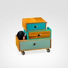 O design diferenciado do gaveteiro é destaque na decoração moderna do quarto ou da sala de estar. As cores e a madeira acentuam a personalidade da peça, que é sinônimo de versatilidade e praticidade.