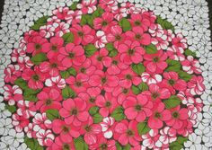 Lempivärini on punainen - kirkkaan-, joulun-, syvän-, aniliininpunainen. Pidän myös liilasta ja hopeasta ja muistakin kirkkaista väreistä yhdistettynä lempiväreihini tai osana kuviota. Pidän kukka-, sydän- ja polka dot-kuoseista, siili- ja nallehahmoista. Keräilen (pieniä) sieviä esineitä (miniatyyreja) ja minikermakkoja, peltirasioita, pahvisia konvehtirasioita...