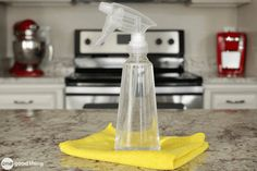 Granite countertops require special care and maintenance. Learn how to make a gentle homemade granite cleaner that will leave them sparkling! Homemade Cleaning Products, House Cleaning Tips, Natural Cleaning Products, Cleaning Hacks, Kitchen Cleaning, Cleaning Solutions, Bathtub Cleaning, Cleaning Vinegar, Hacks Diy