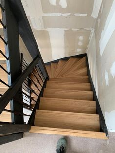 Eiken houten trap met zwarte trapbomen  Open Trap, Stair Makeover, Chill Room, White Ceiling, House Stairs, Stairway To Heaven, Wood Beams, Entrance Hall, Home Collections