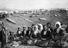 Θεσσαλονίκη, 1917, εργάτριες λιθοξόες στο εβραϊκό νεκροταφείο. Δημοσίευση Θεόδωρου Μεταλληνού. Old Greek, Photographs Of People, Black Sea, Mount Rushmore, Greece, Nostalgia, The Past, Rues, Culture