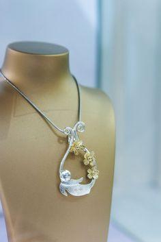 Check out Garrett Mallon's Irish handmade jewellery. Garrett Mallon works with gold, silver and platinum often incorporating precious and semi-precious stones. Irish Pottery, Irish Jewelry, Irish Art, Orla Kiely, Handmade Jewelry, Nature, 3d, Stone, Naturaleza
