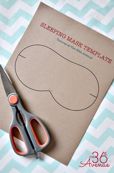 Christmas Sleeping Mask Tutorial – The AVENUE - Diy christmas gifts Diy Sewing Projects, Sewing Hacks, Sewing Tutorials, Sewing Patterns, Handmade Christmas Gifts, Christmas Diy, Handmade Gifts, Xmas, Diy Couture