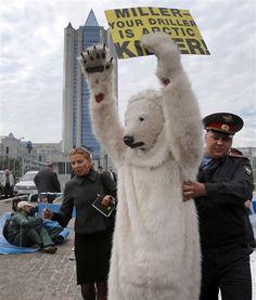 Moscow police nab Greenpeace polar bear protesters (Photo: Misha Japaridze / AP)