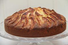 Eplekake er enperfekt kake å lage om høsten når eplene er på sitt beste. Duften av nybakt eplekake toppet med sukker og kanelfyller hele huset. Eplekaken er saftig, god og servert med is smaker den helt nydelig! Denne oppskriften gir 1 eplekake i en 23 cm springform. Eplekake: 3 egg 3 1/2 dl sukker 100 …