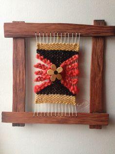 Telar decorativo en marco de alerce de 30 x 30 centímetros. Tejido en lanas 100% naturales Loom Weaving, Weaving Techniques, Fourth Of July, Tapestry, Macrame, Embroidery, Pattern, Diy, Crafts