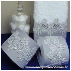 Renda prata com linho cinza no porta papel e na toalha lavabo. Ficou mto elegante!!! Cód: C35🌹🌹🌹 #banho  #banheiro #elegante #enxoval #presente #gift #wedding #casamento #noiva